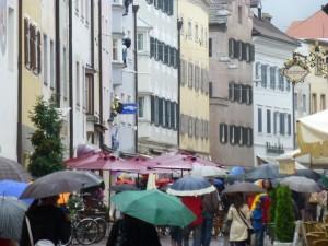 Bruneckin sateisilla kaduilla