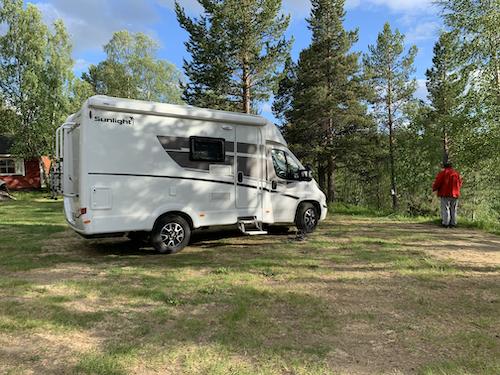 Asuntoauto pysäköitynä leirintäalueelle
