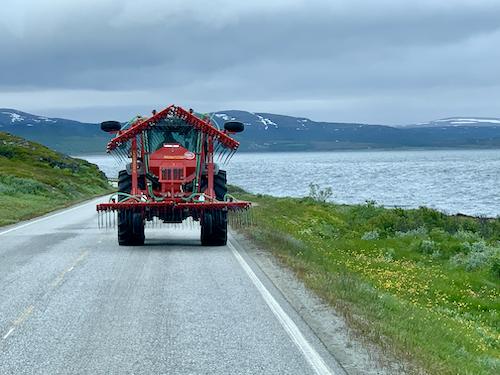 Vuonon vierellä tie, jota ajaa maatalouskone